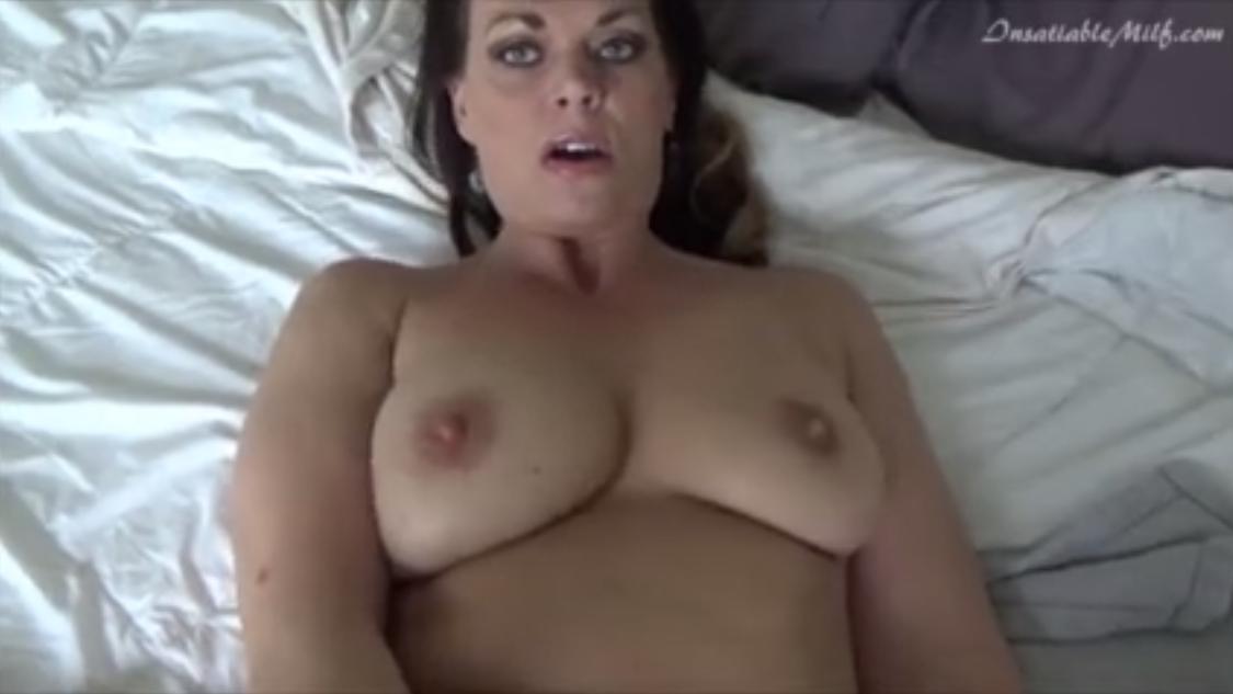 Mujer masturba a un grupo de hombres en un coche - 2 1